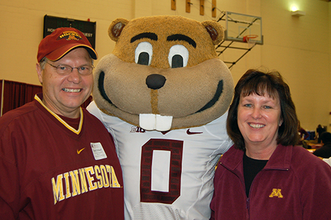 Alumni with Goldy the Gopher